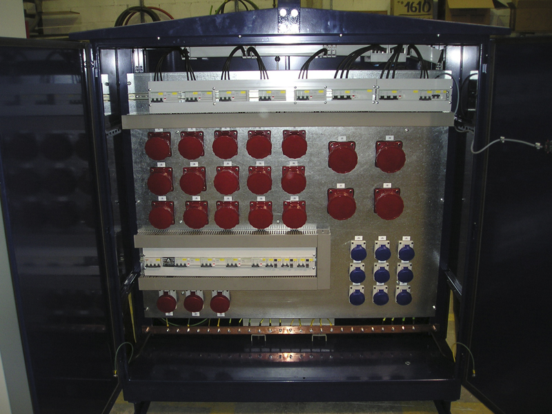 Construcción cuadros de tomas de corriente.